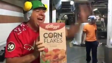 Capture d'écran d'une vidéo Twitter postée depuis l'usine Kellogg's de Maracay : un ouvrier vénézuélien brandit le premier paquet de céréales produit depuis le départ de l'entreprise américaine