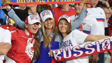 Des supportrices russes assistent au match de football Russie-Slovaquie à Villeneuve-d'Ascq, près de Lille, le 15 juin 2016