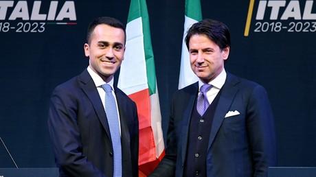 Image d'illustration : Luigi Di Maio et Giuseppe Conte se serrent la main en mars 2018