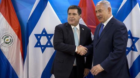 Le Premier ministre israélien Benjamin Netanyahou serre la main du président paraguayen Horacio Cartes lors de leur rencontre à Jérusalem, le 21 mai 2018