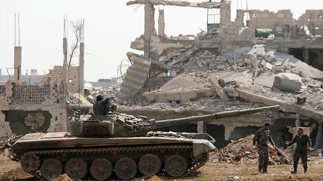 Image d'illustration : des soldats loyalistes autour d'un char de l'armée syrienne