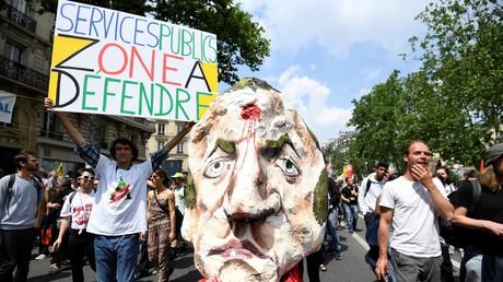 «Au bûcher !» : une tête de Macron, une balle entre les yeux, brûlée à la manifestation du 22 mai