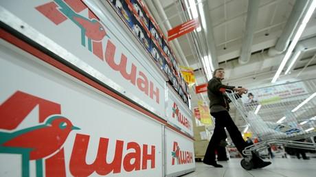 Vue des rayons d'un des hypermarchés d'Auchan à Moscou. Le distributeur français est la première entreprise étrangère en Russie où il a déjà ouvert 311 magasins dans 114 villes (illustrations).
