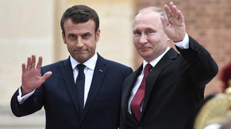 Macron à Saint-Pétersbourg : un an après Versailles, où en est la relation franco-russe ?