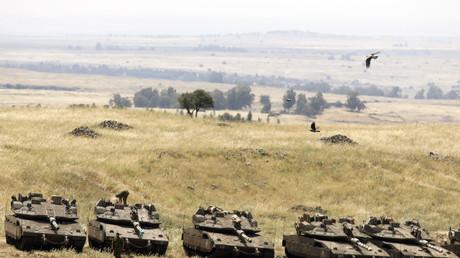 Tanks israéliens près de la frontière syrienne dans la plateau du Golan annexé le 10 mai 2018 après les raids menés sur des cibles iraniennes en Syrie.