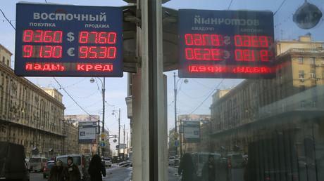 Panneau d'indication des taux de change en roubles de l'euro et du dollar dans les rues de Moscou (illustration).