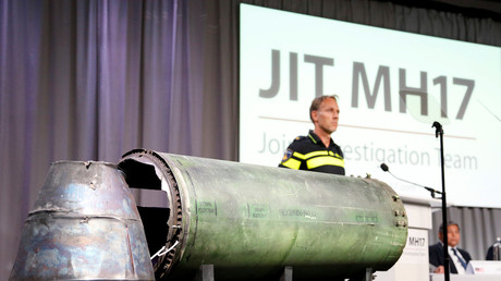 Les membres de la mission JIT exposent la carcasse d'un missile à Bunnik, Pays-Bas, 24 mai