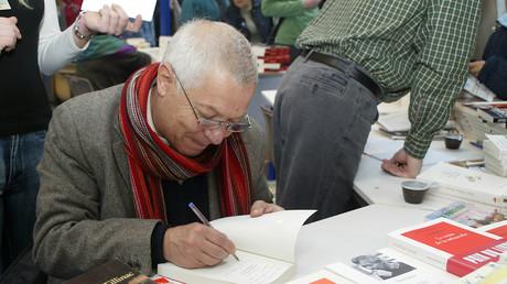 L'écrivain Denis Tillinac participe à une séance de signatures lors de la 24e Foire du livre de Brive, le 05 novembre 2005