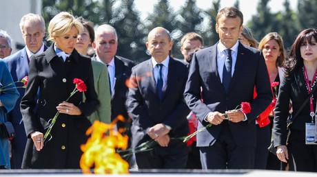 Emmanuel Macron commémore des victimes du blocus de Leningrad (VIDEO)