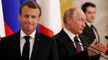 «Cher Vladimir» : en opération séduction en Russie, Macron vante le «multilatéralisme fort»