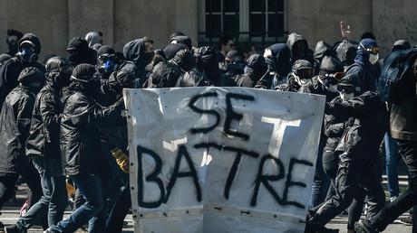 Collomb : pour «garder le droit de manifester», les protestataires doivent «s'opposer» aux casseurs