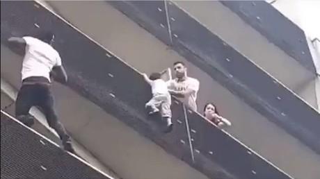 L'homme a escaladé l'immeuble en quelques secondes pour sauver l'enfant