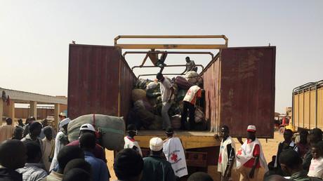 Des migrants nigériens expulsés d'Algérie se rassemblent pour récupérer leurs biens au centre de transit des migrants de l'Organisation internationale pour les migrations (OIM) à Agadez, au Niger, le 6 mai 2016.