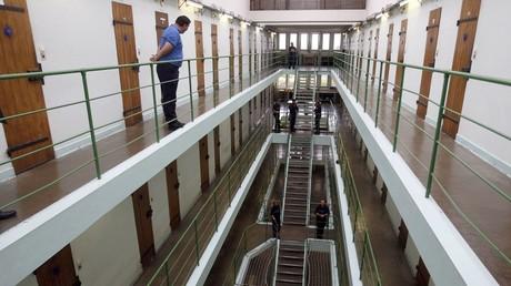 Un gardien surveille les couloirs de la prison de Saint-Martin-de-Ré lors d'une visite de l'ancienne ministre française de la Justice, Rachida Dati, le 5 septembre 2008 (illustration).