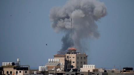 Une fumée s'échappe dans le ciel à la suite d'une frappe aérienne israélienne à Gaza le 29 mai 2018.