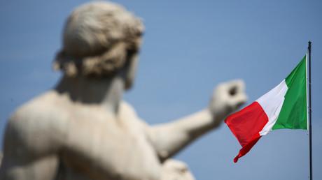 Le drapeau italien flottant sur le palais présidentiel du Quirinal