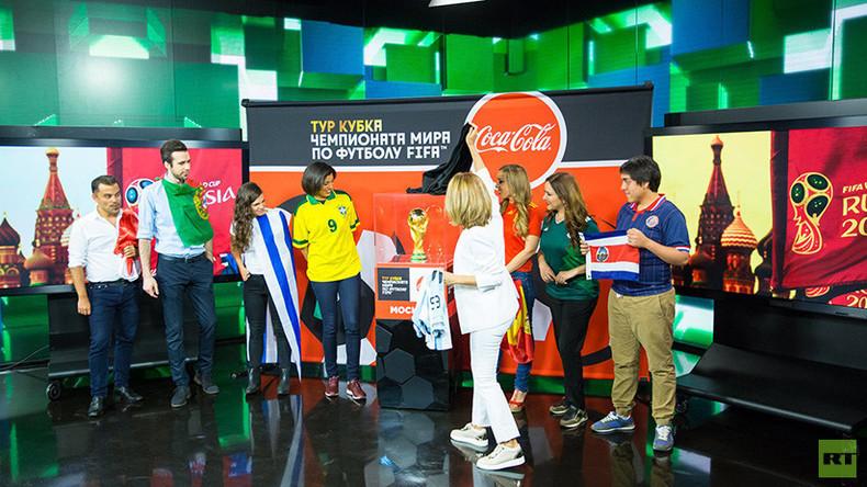 Le trophée de la Coupe du monde fait escale dans les locaux de RT à Moscou (VIDEO)