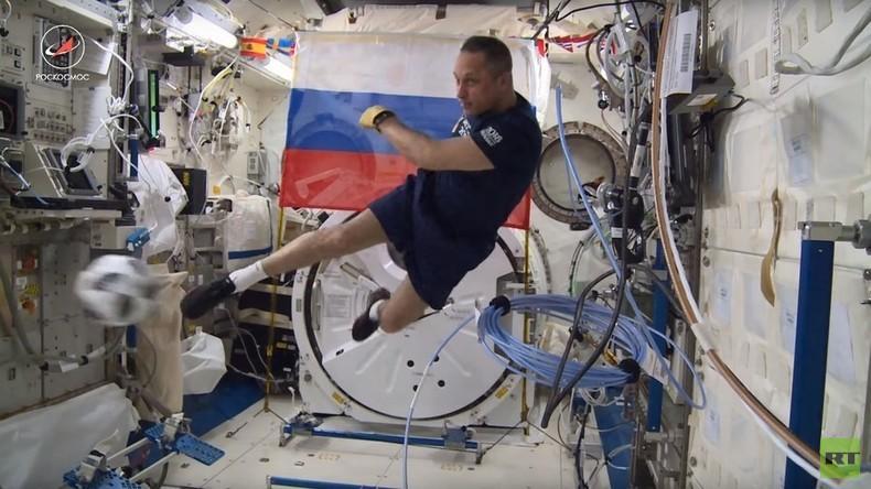 Russie 2018 : deux cosmonautes russes font un match en apesanteur dans l'ISS (VIDEO)