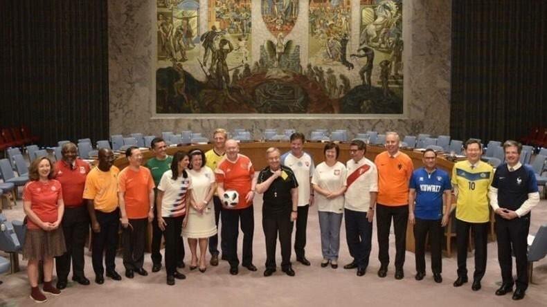 Les diplomates de l'ONU enfilent le maillot pour fêter le début du Mondial (IMAGES)