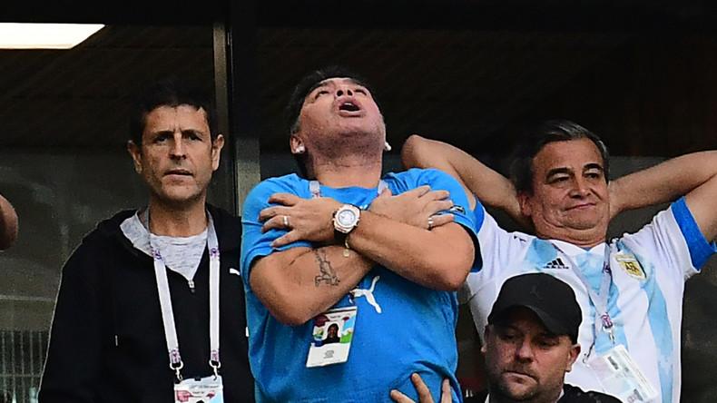 Salsa, malaise, sieste, doigts d'honneur : l'ascenseur émotionnel de Maradona dans les tribunes