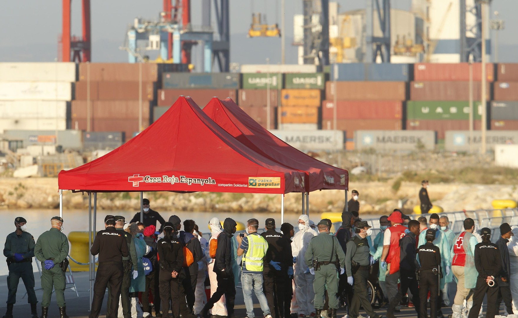 Espagne : les premiers passagers de l'Aquarius arrivent dans le port de Valence (IMAGES)