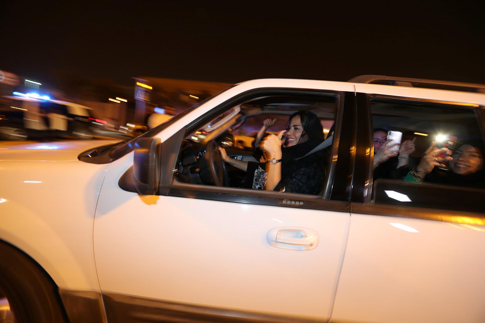 Emues et fières, des Saoudiennes au volant après la levée historique de l'interdiction (IMAGES)