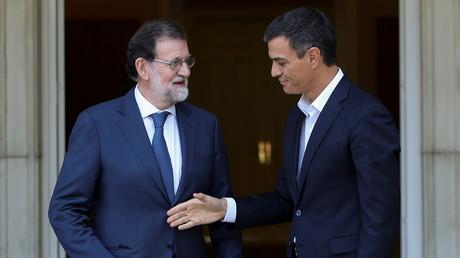 Pedro Sanchez, leader du Parti socialiste espagnol, salue le Premier ministre espagnol Mariano Rajoy au Palais de la Moncloa, à Madrid, le 7 septembre 2017.