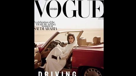Couverture du Vogue Arabia, où la princesse saoudienne Hayfa bint Abdallah al-Saoud apparaît au volant d'une Mercedes.