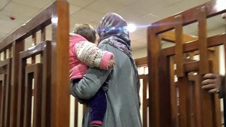 La djihadiste Française Mélina Boughedir portant son enfant lors de son procès de février 2018 à Bagdad