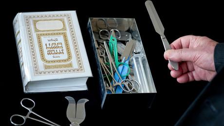 Un rabbin présente les instruments chirurgicaux pour la circoncision à la communauté juive de Hof, dans le sud de l'Allemagne, le 26 /07/2012