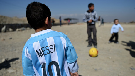 Illustration : un petit garçon afghan arbore un maillot de Lionel Messi à Kaboul