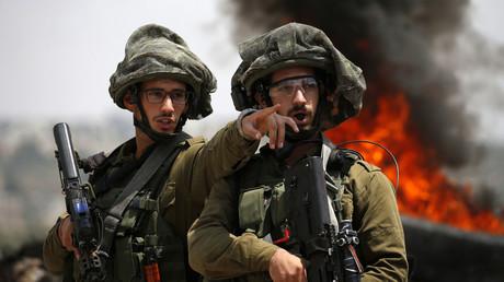 Des soldats israéliens discutent lors d'affrontements avec des manifestants palestiniens dans le village de Kfar Qaddum, près de Naplouse en Cisjordanie occupée, le 1er juin 2018.