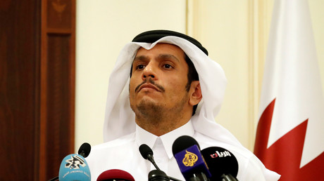 Le ministre qatari des Affaires étrangères, Cheikh Mohammed ben Abdoulrahman Al Thani, écoute la question d'un journaliste aux côtés du secrétaire d'Etat américain Rex Tillerson lors d'une conférence de presse après leur rencontre à Doha au Qatar, le 22 octobre 2017