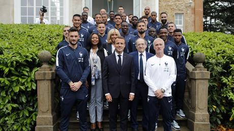 Emmanuel Macron en visite à Clairefontaine avant le départ de l'équipe de France en Russie, le 5 juin