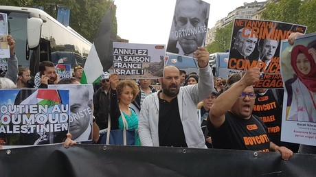 Des manifestants dénoncent la venue de Benjamin Netanyahou à Paris le 5 juin 2018, photo ©RT France