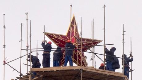 L'étoile rouge a été placée sur la tour du Kremlin par le pouvoir communiste en 1935 pour remplacer l'aigle bicéphale, symbole du tsarisme