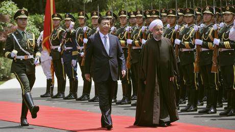 Le président iranien Hassan Rohani (d.) et le président chinois Xi Jinping (c.) passent en revue une garde d'honneur lors d'une cérémonie de bienvenue au Xijiao State Guesthouse à Shanghai, le 22 mai 2014 (illustration).