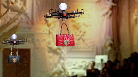 Des drones portent des sacs à main à Milan en février 2018, cet événement aurait inspiré le défilé de Jeddah