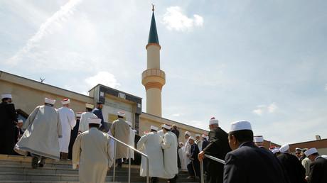 Des imams entrant dans une mosquée à Vienne. Image d'archive