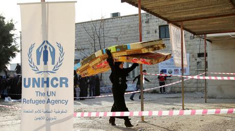 Un réfugié syrien reçoit de l'aide du HCR à Batroun, dans le nord du Liban, le 13 janvier 2015 (image d'illustration)