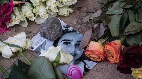 Une photographie de Susanna Feldman au milieu de fleurs, sur les lieux du meurtre de la jeune fille.