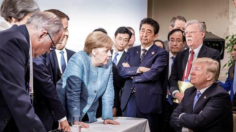 La chancelière allemande Angela Merkel s'entretient avec le président américain Donald Trump lors de la deuxième journée du G7 à Charlevoix, Québec, Canada, le 9 juin 2018.
