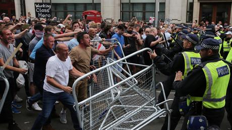 Des partisans du fondateur de l'English Defence League (EDL) Tommy Robinson font face à la police à Whitehall, Londres, Grande-Bretagne, le 9 juin 2018.