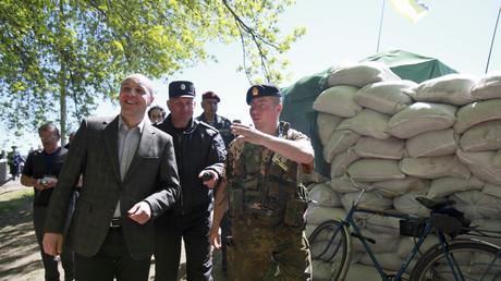 Illustration : Andry Parouby visite un checkpoint dans la région de Dnipropetrovsk le 25 avril 2014