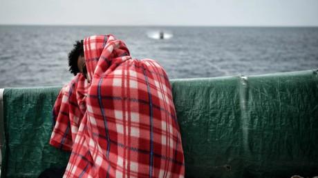 Un migrant à bord de l'Aquarius, navire de l'ONG SOS Méditerranée, le 14 mai 2018 (illustration)