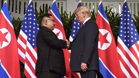 Poignée de main historique entre Kim Jong-un et Donald Trump le 12 juin à Singapour.