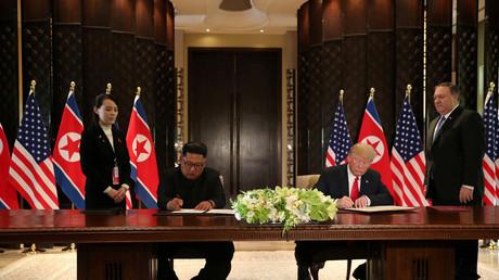 Réunis à Singapour, Donald Trump et Kim Jong-un signent un document le 12/06/2018