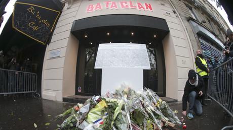 Façade du Bataclan, fleurs en hommage aux victimes.