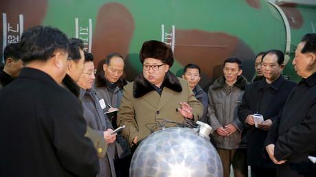 Le leader nord-coréen Kim Jong-un rencontre des scientifiques et des techniciens dans le domaine de la recherche sur les armes nucléaires. Photo non datée publiée par l'Agence de presse coréenne KCNA à Pyongyang le 9 mars 2016.