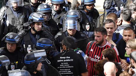 Affrontements entre CRS et cheminots devant le siège de M6 après un reportage de Capital (VIDEO)